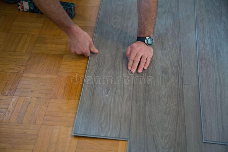 Leg vinylvloer op parketvloer stock foto's