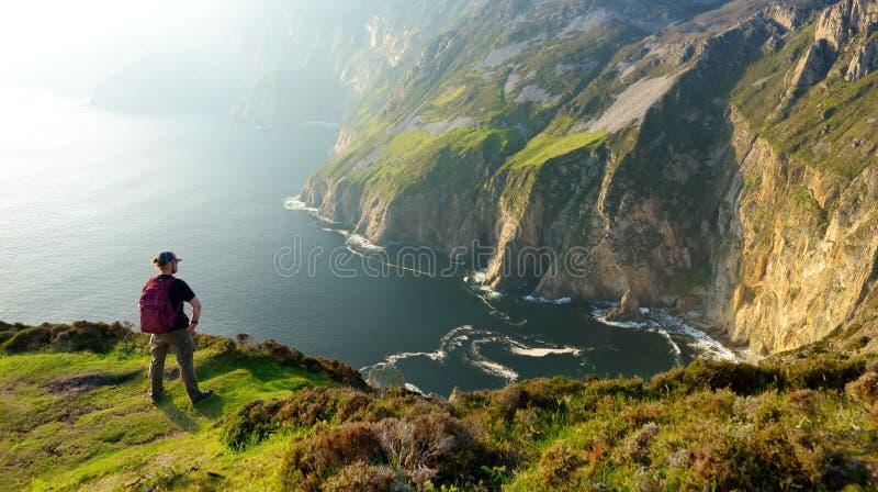 Lega di Slieve, scogliere dell'pi? alto mare di Irelands, situate nel Donegal ad ovest del sud lungo questo itinerario movente co fotografia stock libera da diritti