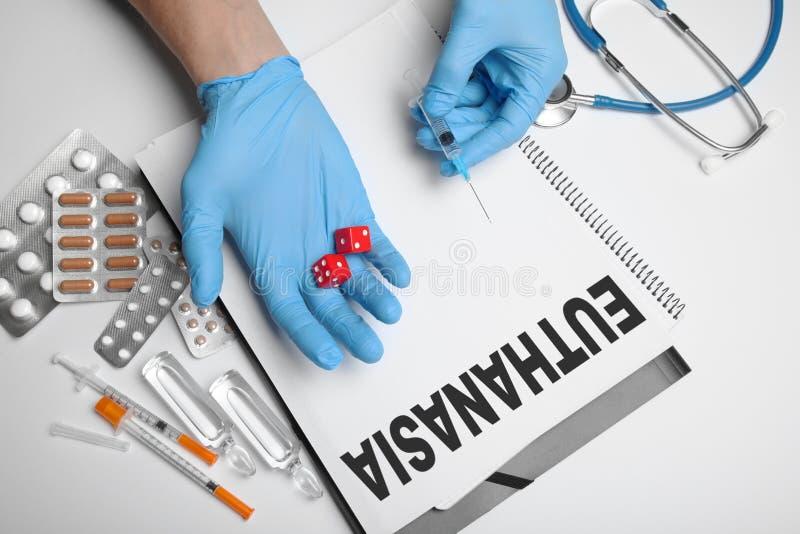 Legalisierte Euthanasie im Krankenhaus Durchf?hrung mit Medikation stockfotografie