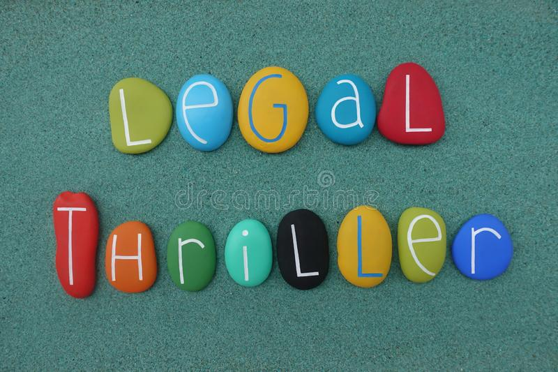 Legalny dreszczowa tekst komponował z wielo- barwionymi dennymi kamieniami nad zielonym piaskiem zdjęcie royalty free