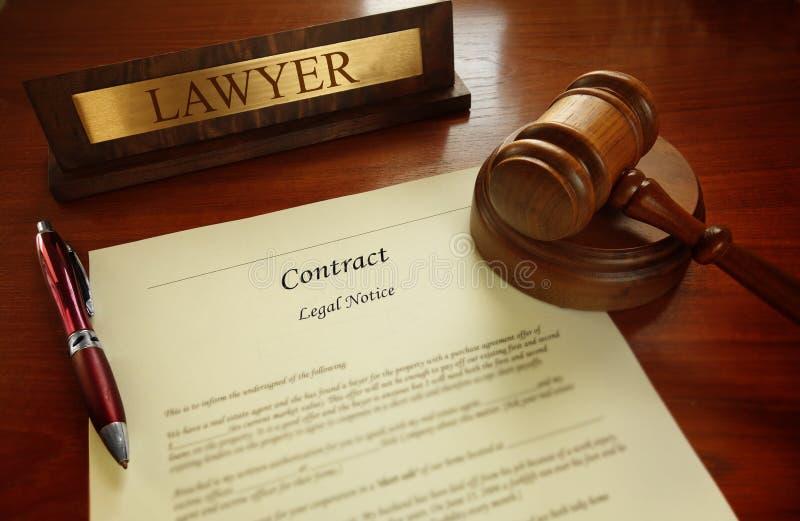 Legalny kontrakt z sędziego młoteczkiem zdjęcie royalty free