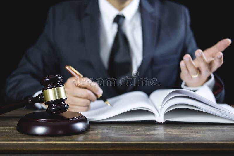 Legalny prawo, sędziego młoteczek z sprawiedliwość prawników radą z młoteczkiem i skale, sprawiedliwość, prawnik pracuje na sali  obrazy royalty free