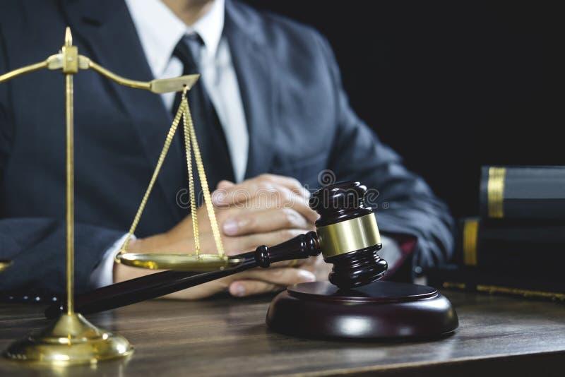 Legalny prawo, sędziego młoteczek z sprawiedliwość prawników radą z młoteczkiem i skale, sprawiedliwość, prawnik pracuje na sali  zdjęcie royalty free