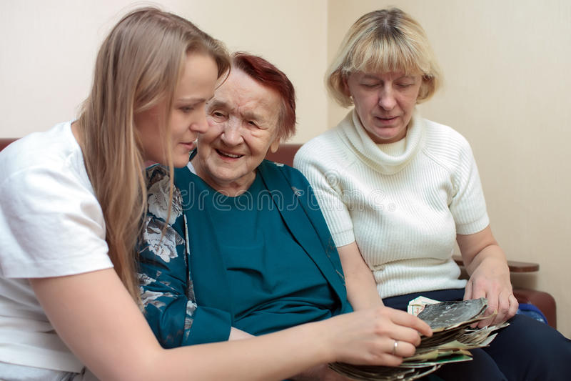 Legame della nonna, della mamma e della figlia fotografia stock libera da diritti