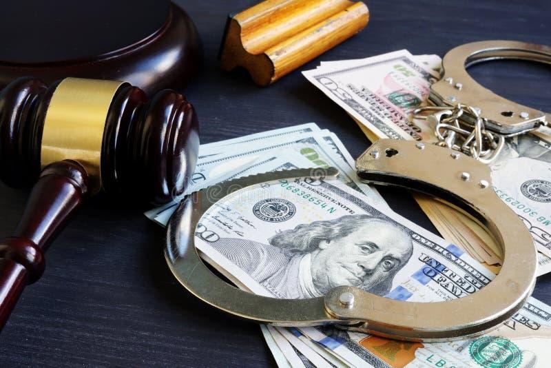 Legame di cauzione corruzione Martelletto, manette e soldi fotografia stock libera da diritti