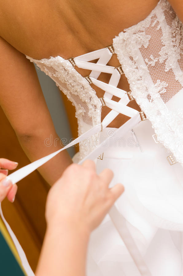 Legame di vestito dalla sposa fotografia stock libera da diritti