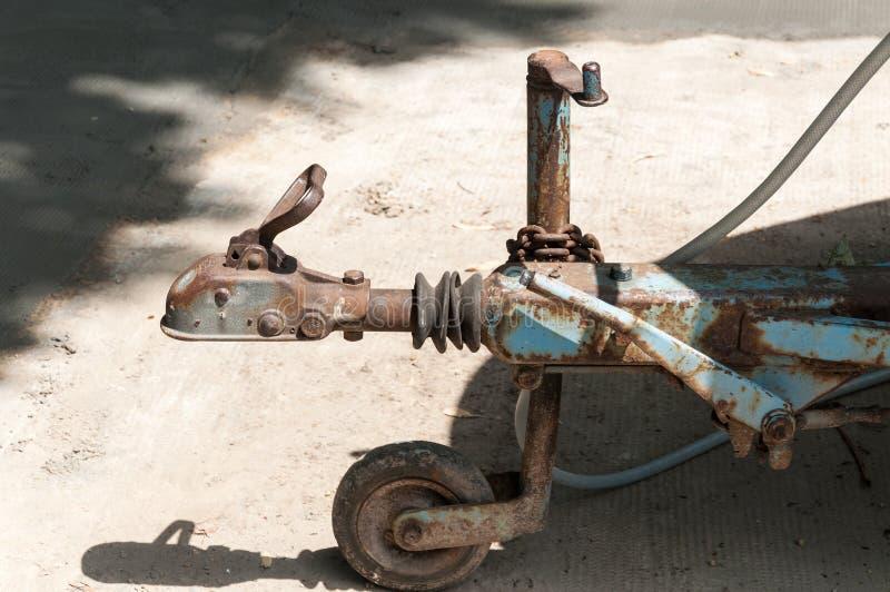 Legamento del gancio del rimorchio con il meccanismo del ritaglio e la fine della ruota folle su, fuoco selettivo immagine stock libera da diritti