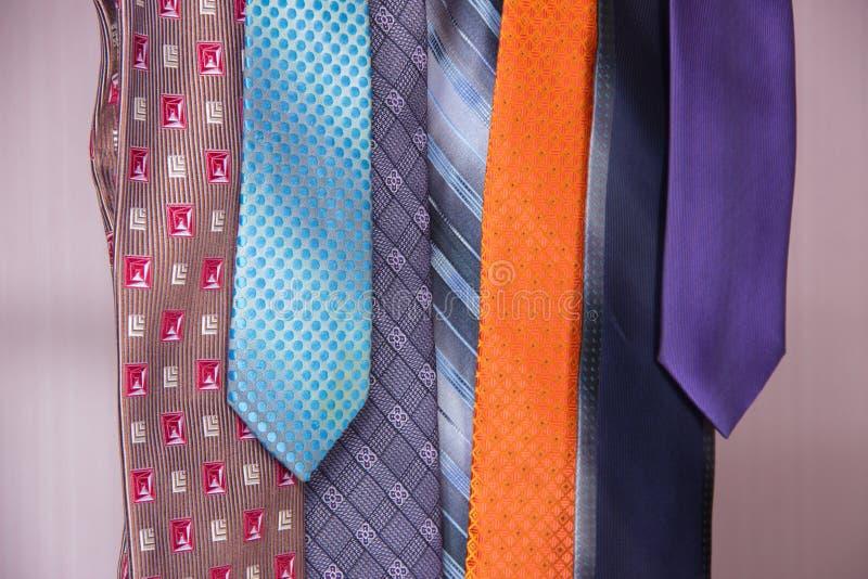 Legami del ` s degli uomini bei nei colori differenti fotografie stock libere da diritti