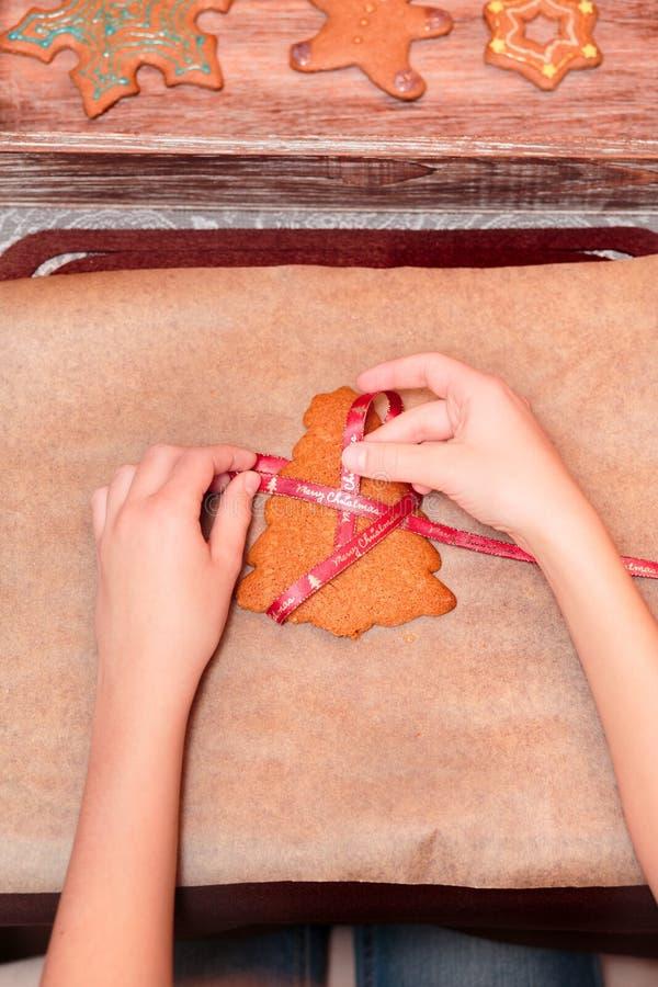 Legatura dei biscotti del pan di zenzero di Natale con il nastro fotografie stock libere da diritti
