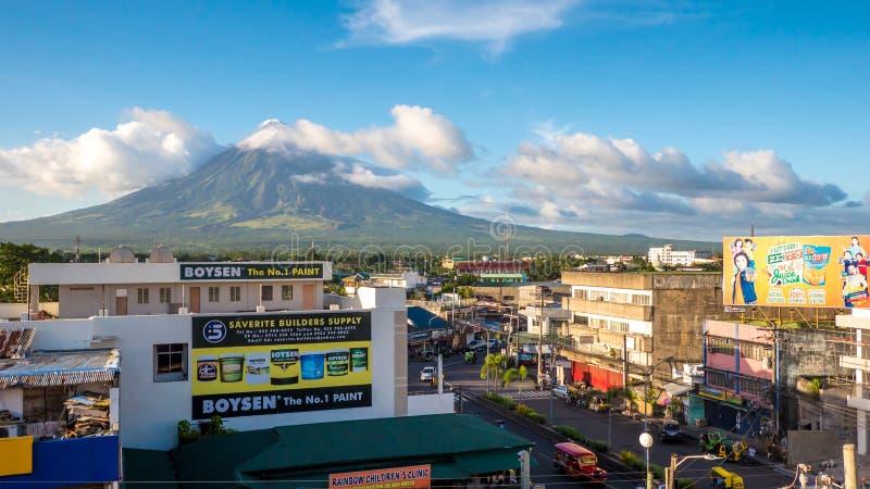 LEGAZPI, ΦΙΛΙΠΠΙΝΕΣ - 5 ΙΑΝΟΥΑΡΊΟΥ 2018: - Τοποθετήστε τους αργαλειούς ηφαιστείων Mayon πέρα από την πόλη καθώς η καθημερινή ζωή  στοκ εικόνες