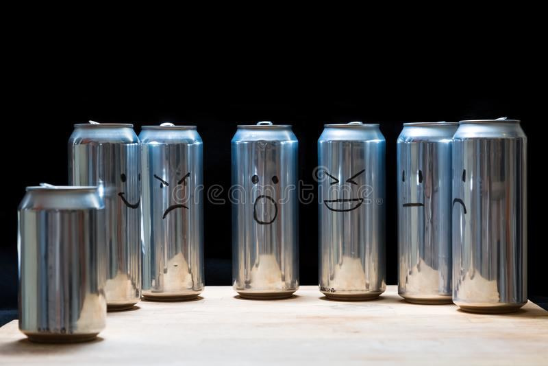 Lege aluminiumblikken als menselijke maatschappij Ziet in plaats daarvan onder ogen smilies getrokken op het afval Verrast boos v stock afbeelding