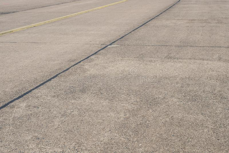 Lege asfaltweg/baan op vroegere luchthaven - stock foto