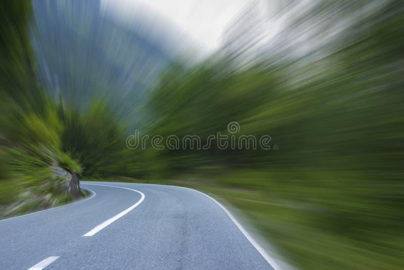 Lege asfaltweg in de bergen royalty-vrije stock afbeeldingen