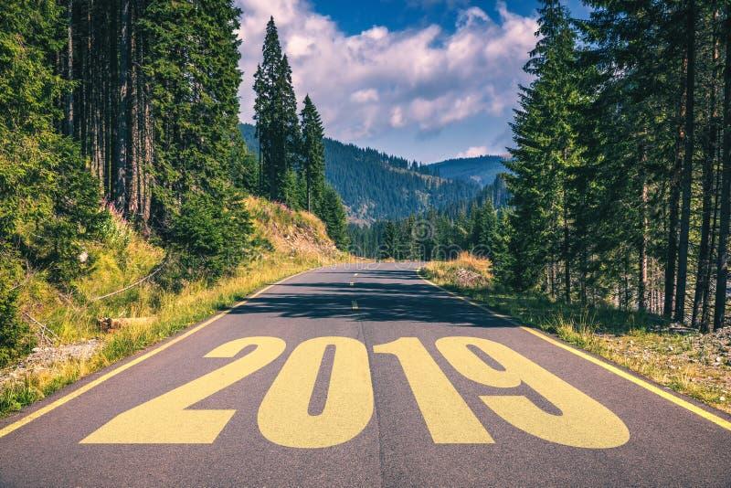 Lege asfaltweg en Nieuw jaar 2019 concept Het drijven op een empt royalty-vrije stock fotografie