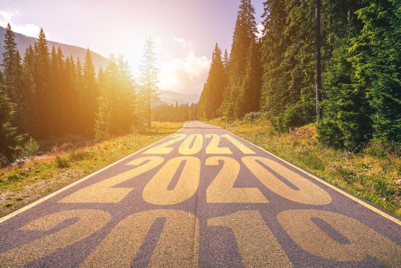 Lege asfaltweg en Nieuw jaar 2019, 2020, het concept van 2021 Drijvend op een lege weg in de bergen tot aanstaande 2019, 2020, 20 royalty-vrije stock foto