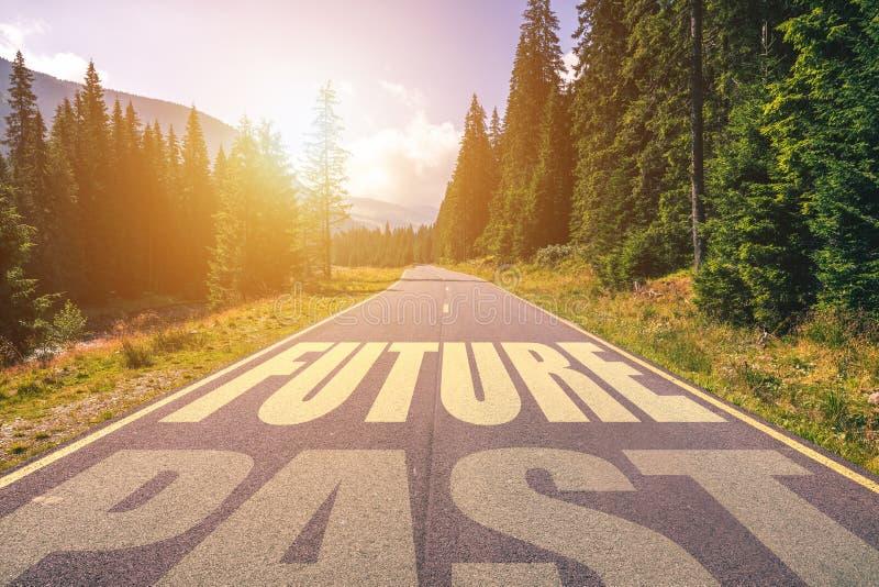 Lege asfaltweg en Verleden en Toekomstig concept Het drijven op een em royalty-vrije stock afbeelding