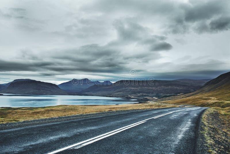Lege asfaltweg in het Ijslandse landschap royalty-vrije stock afbeeldingen
