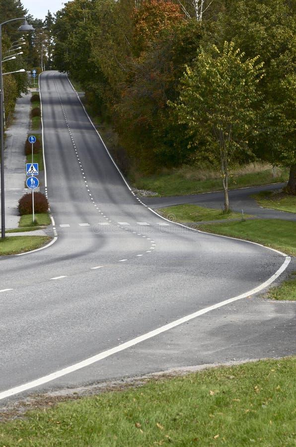 Lege asfaltweg met een steile klim royalty-vrije stock afbeeldingen