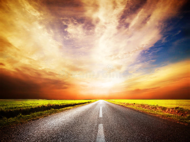 Lege asfaltweg. Zonsonderganghemel stock afbeeldingen