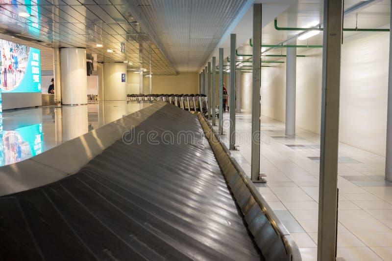 Lege bagagecarrousel in luchthavenzaal stock afbeelding