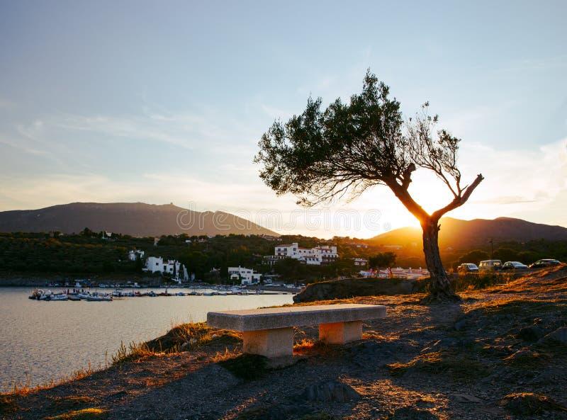 Lege bank die een baai in Cadaques, Spanje overzien stock foto's