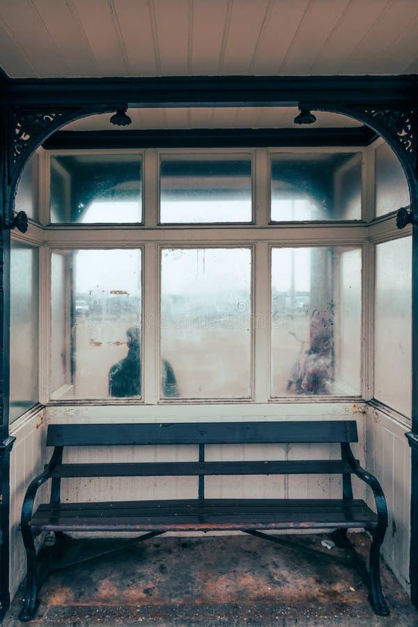 Lege bank op een bushalte stock foto