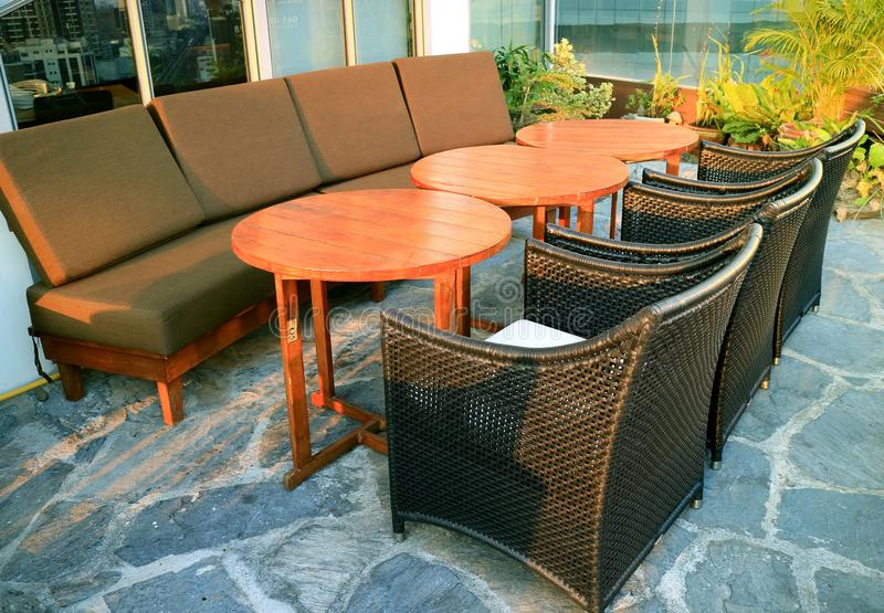 Lege banken en stoelen met rondetafels bij het dakterras stock fotografie