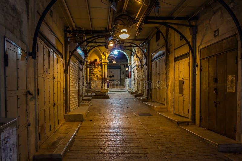 Lege bazaarsteeg in Nazareth bij nacht stock fotografie