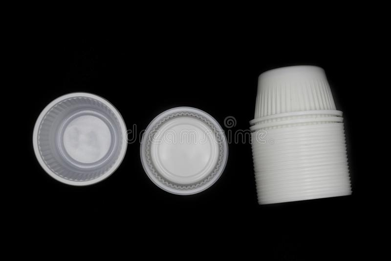 Lege Beschikbare Plastic Kop, die horizontaal plastic die kop liggen op zwarte achtergrond wordt geïsoleerd royalty-vrije stock foto's