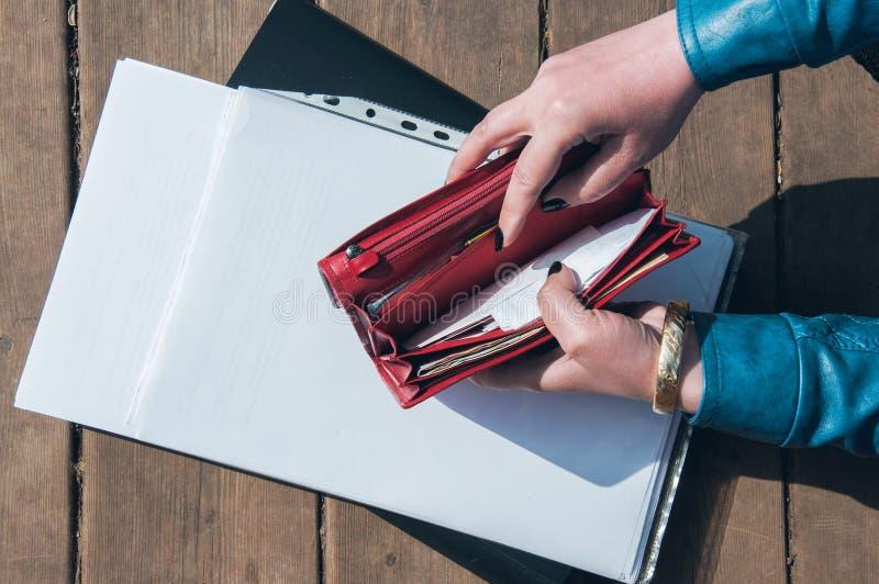 Lege beurs en het document in de omslag stock afbeelding