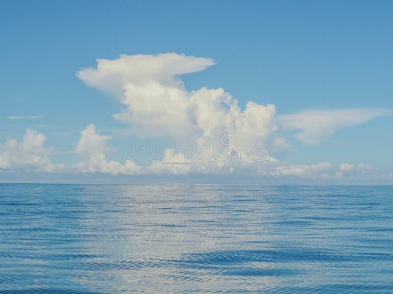 Lege Blauwe Oceaan en Blauwe Hemel stock afbeelding