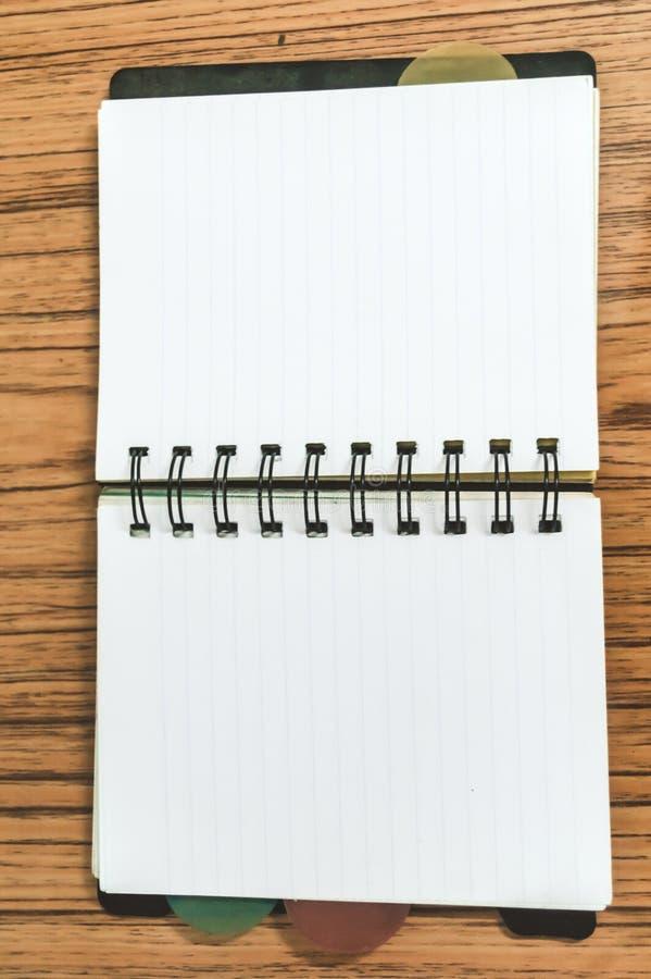 Lege lege blocnote op een houten lijst Hoogste meningsbeeld van het open notitieboekje van de zakontwerper met lege pagina's klaa royalty-vrije stock afbeelding