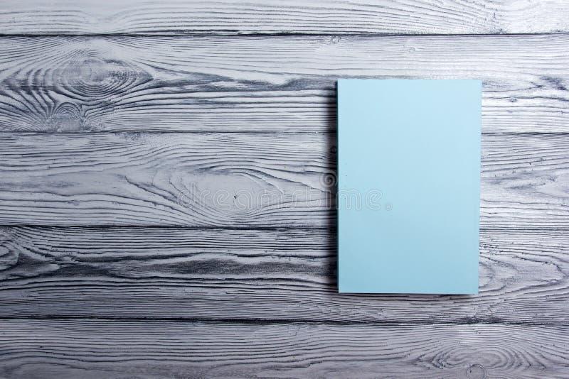 Lege boekdekking op geweven houten achtergrond De ruimte van het exemplaar royalty-vrije stock fotografie