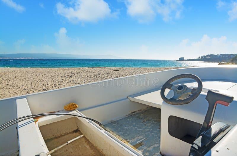 Download Lege boot op het zand stock afbeelding. Afbeelding bestaande uit scène - 54080475