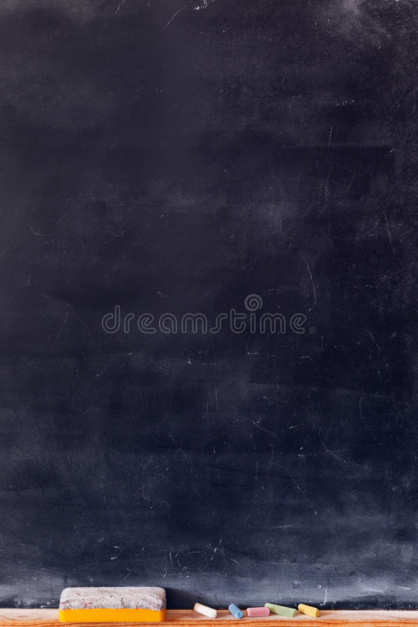 Lege bordverticaal met gekleurd krijt stock fotografie