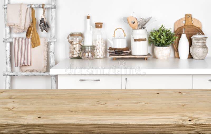 Lege bruine houten lijst met vaag beeld van keukenbinnenland royalty-vrije stock afbeeldingen