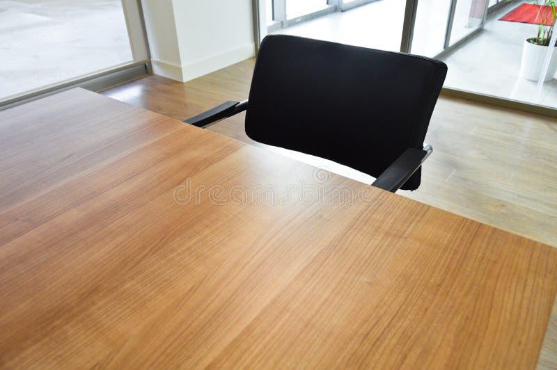 Lege bureau, lijst en stoel stock afbeeldingen