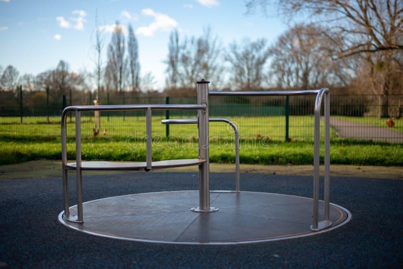 Lege carrousel bij de speelplaats van kinderen stock fotografie