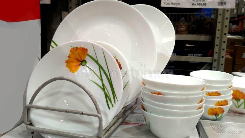Lege Ceramische Platen en Kommen in Supermarkt royalty-vrije stock fotografie