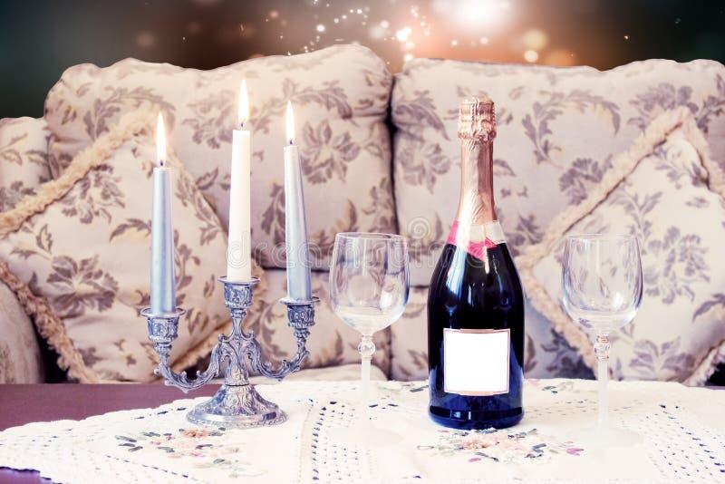 Lege champagne met kaarsen stock foto