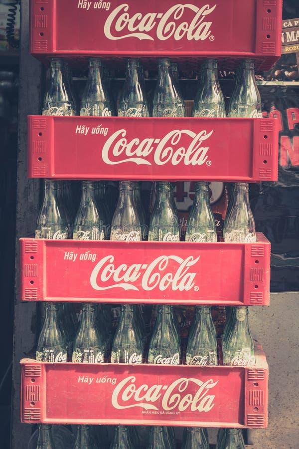 Lege coca-colaflessen gestapelde containers - uitstekende stijl stock foto