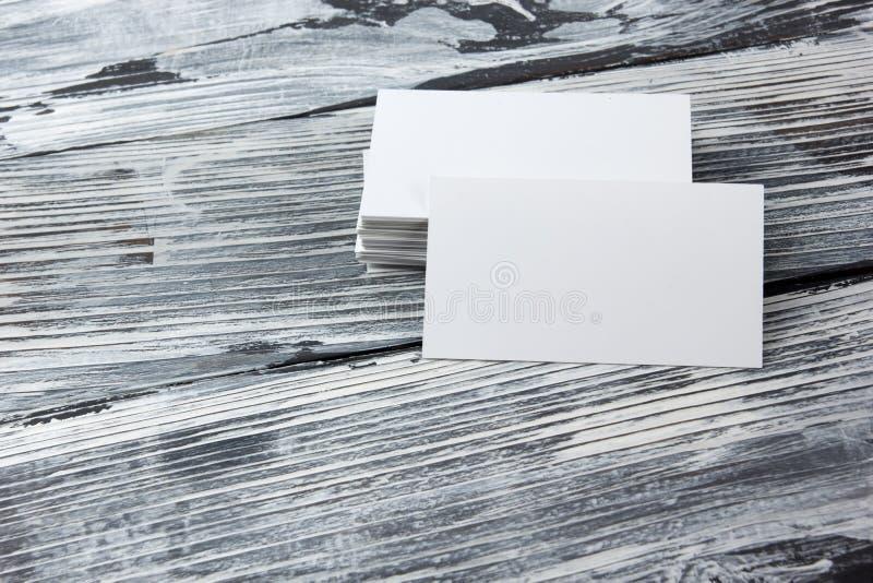 Lege collectieve het pakketadreskaartjes van het identiteitsmalplaatje op houten lijst royalty-vrije stock foto's