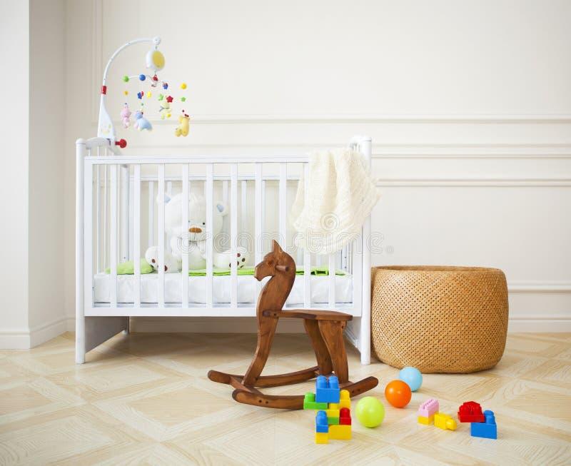 Lege comfortabele kinderdagverblijfruimte in lichte tonen stock afbeeldingen