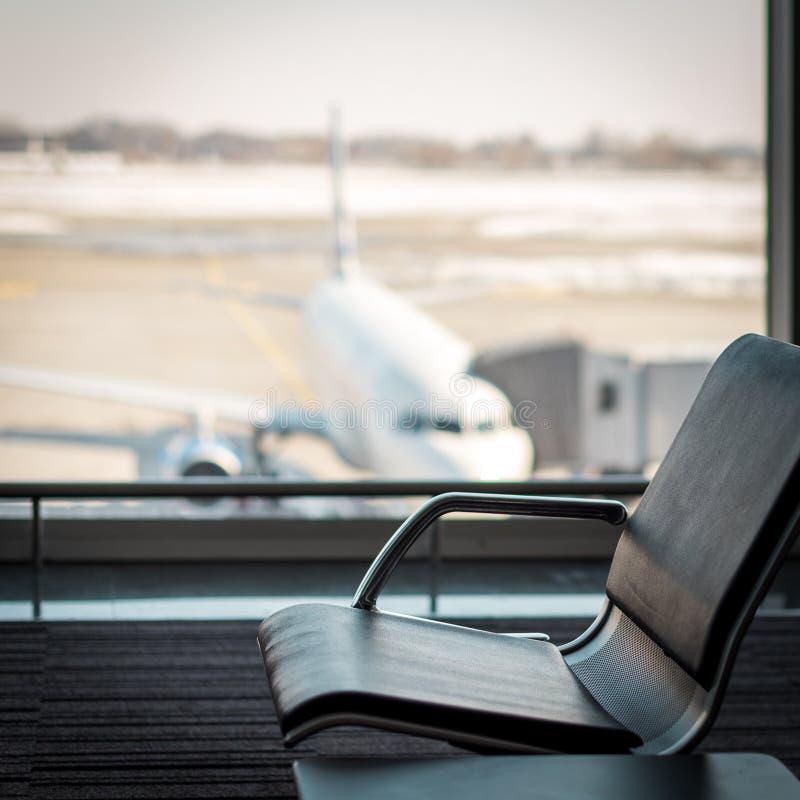 Lege comfortabele leunstoel bij de het wachten zaal in luchthaventerminal, nadruk op de zetels, vakantieconcept, passagier royalty-vrije stock foto