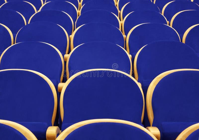 Lege concertzaal met blauwe stoelen stock afbeeldingen
