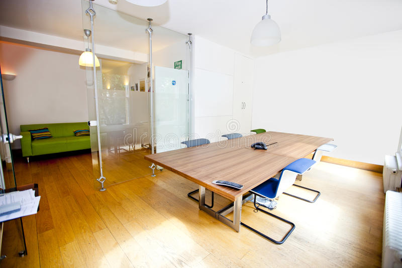 Lege conferentieruimte met stoelen stock afbeeldingen