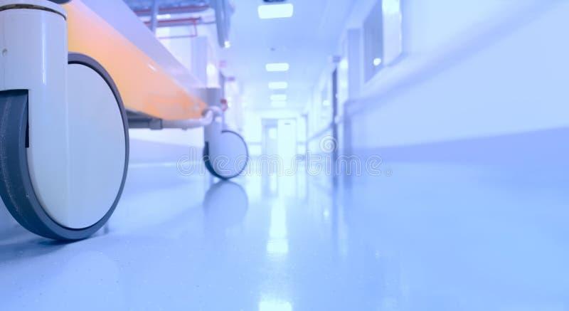 Lege de gang van het bedziekenhuis stock foto