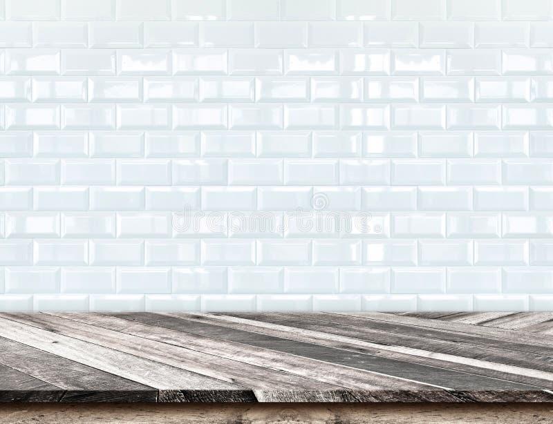 Lege Diagonale Houten Lijstbovenkant bij vage witte tegels ceramisch w stock foto's