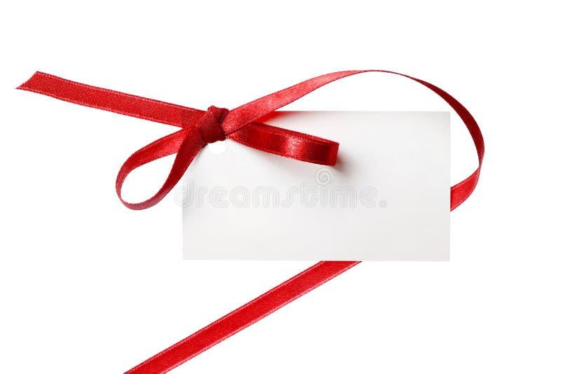 Lege die giftmarkering met een boog van rood satijnlint wordt gebonden. Geïsoleerd op wit, met zachte schaduw stock foto's