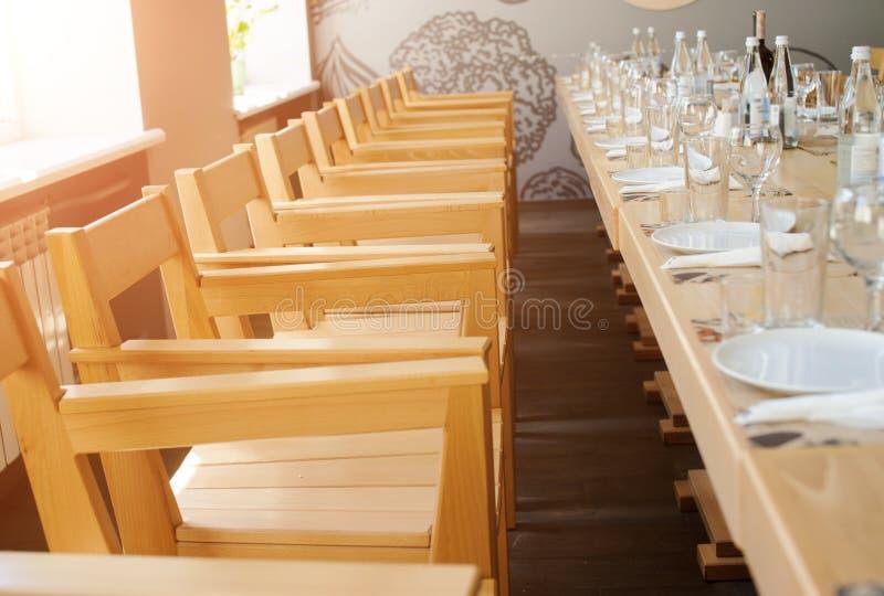 lege die lijst in restaurant wordt gediend stock foto
